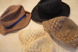 かぎ針編みで編んだ麦わら帽子を自宅で洗濯して干す画像