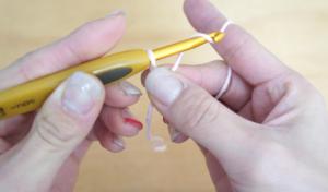 埼玉県所沢市のかぎ針編み教室pomponnerが左利きの場合の基礎の編み方を教える様子