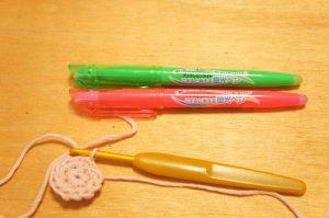 埼玉県所沢市のかぎ針編み教室POMPONNERがかぎ針編みをする時に使うフリクションタイプの蛍光マーカーの画像