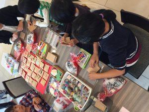 埼玉県所沢市で開催された親子イベントで行ったアドベントカレンダー作りの様子