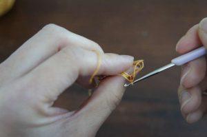 埼玉県所沢市のかぎ針編み教室pomponnerが公開している動画レッスンで、ビーズ編みが1目編めたところの裏側の画像