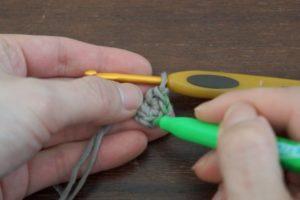 かぎ針編みで星のモチーフを編んでいます。編み目が判るようにフリクションマーカーで印おつけます。