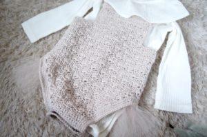 かぎ針編みで編んだ手編みのロンパースの画像
