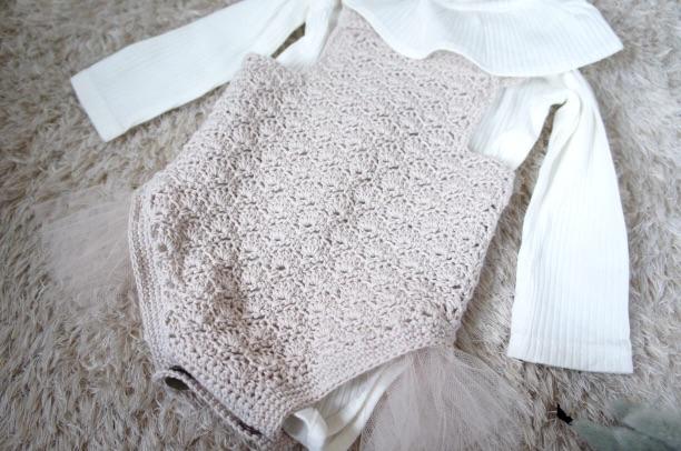 かぎ針編みで編んだ手編みのロンパースの画像はニューボーンフォト用のサイズです。