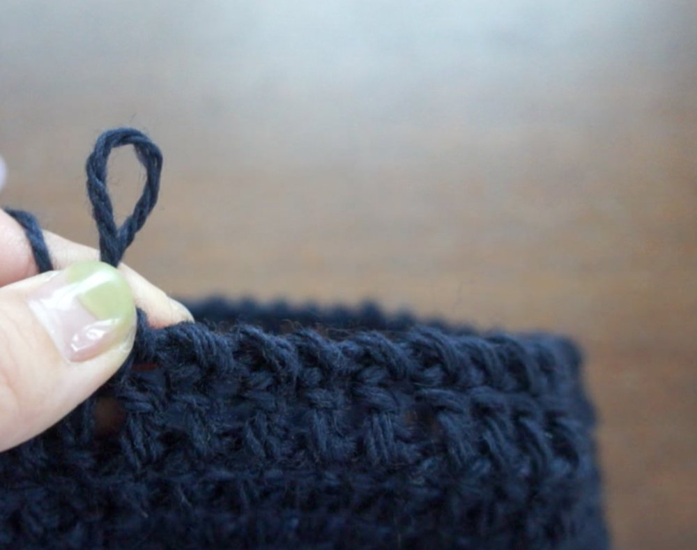 かぎ針で作るさんかく帽子の最終段で編むねじり細編みの画像