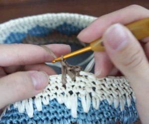 エコアンダリヤを使ってかぎ針編みで模様編みを編んでいます。次の目は3段下に細編みを編みます。