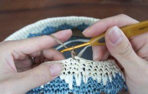 エコアンダリヤを使ってかぎ針で編むひし形の模様編みを編んでいます。糸の色を変えて次の段へ進むために立ち上がりを1目編んだところ。