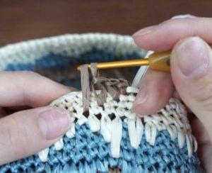 エコアンダリヤを使ってかぎ針編みで模様編みを編んでいます。次の目は4段下に細編みを編みます。