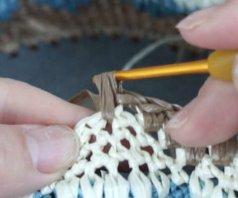 エコアンダリヤを使ってかぎ針編みで模様編みを編んでいます。変わり細編みのポイントの画像。