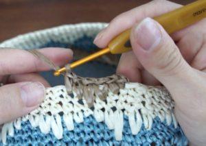 エコアンダリヤを使ってかぎ針編みで模様編みを編んでいます。全然段に変わり細編みを編んだところ