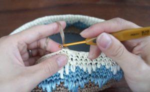 エコアンダリヤを使ってかぎ針の模様編みを編んでいます。新しい色を引き出したところの画像。