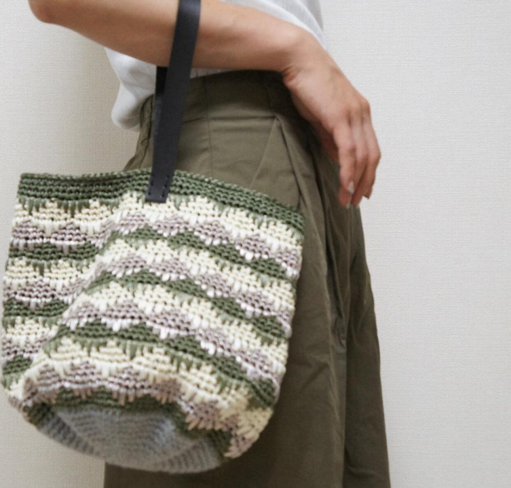 エコアンダリヤを使って編んだ模様編みのバッグの画像