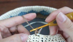1目めに細編みを1目編みます。
