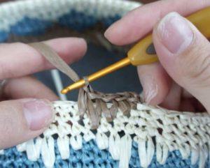 エコアンダリヤを使ってかぎ針編みで模様編みを編んでいます。3段下に細編みを編んだところ