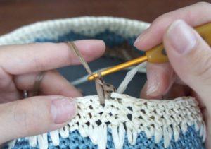 エコアンダリヤを使ってかぎ針編みで模様編みを編んでいます。2目めは前々段に細編みを編みます。