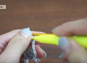かぎ針編みでシロクマ貯金箱のニット帽を編んでいる様子。フリクションペンで印をつけると間違えません。