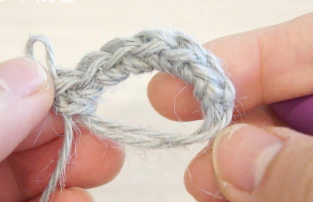 動物ポシェットの口周りパーツを編んでいます。1段目が編み終わったところです。