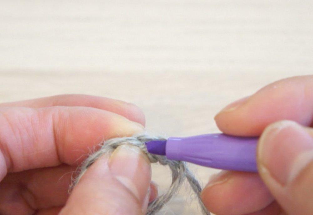 動物ポシェットの口周りパーツを編んでいます。1目めにはフリクションマーカーに印をつけることで、引き抜き編みをするところがわかりミスが軽減されます。