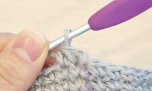 未完成の細編みを一度に引きぬき、細編みの2目一度を完成させます。