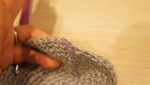 動物ポシェットの本体を編んでいます。各段の引きぬき編み・立ち上がり・1目めに印を付けておくことで編み間違いを防ぎます。