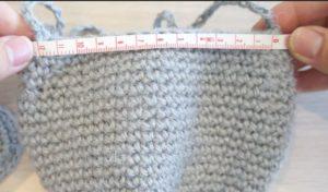 どうぶつポシェットを組み立てています。本体の長さを測り、半分の位置に印をつけます。