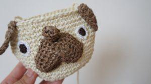 かぎ針編みで作るパグのポシェットは細編みだけで編むので初心者さんにもオススメです。pomponnerオリジナル作品