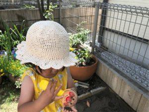 自宅に作った砂場で遊んでいる女の子がかぶっている麦わら帽子は、かぎ針編みで作った麦わら帽子です。