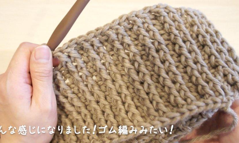 引き上げ編みで編むゴム編みのスヌードの編み方を説明しています。何段か編むとゴム編みの模様が見えてきます。