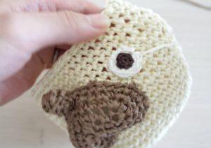 細編みだけで作るパグのポシェットの組み立てている様子