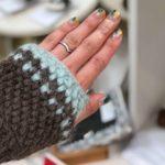 かぎ針編みで編む伸びる作り目は、手袋を編む時にとても便利です。伸縮する作り目で付けはめが簡単にできる手袋の画像です。