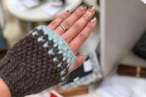 かぎ針編みで編むゴム編みは、手袋を編む時にとても便利です。伸縮する作り目で付けはめが簡単にできる手袋の画像です。