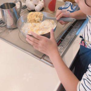 りくろーおじさんのチーズケーキを再現している様子。薄力粉を加えます。