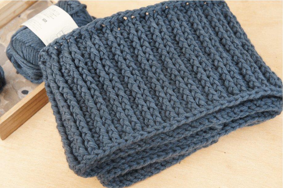 かぎ針編みで編むゴム編みスヌードを畳んだ画像