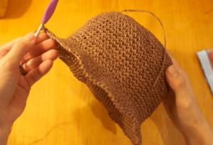 かぎ針編みで作る花びらの麦わら帽子を編み進め、ブリムを3段編んだところ