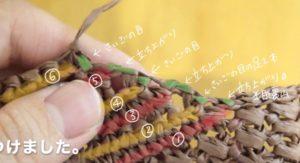 麦わらのキャップを編んでいます。ブリムのふち編みの方法を説明している画像です。右側の縁編みは糸をつけてから編み始めます。