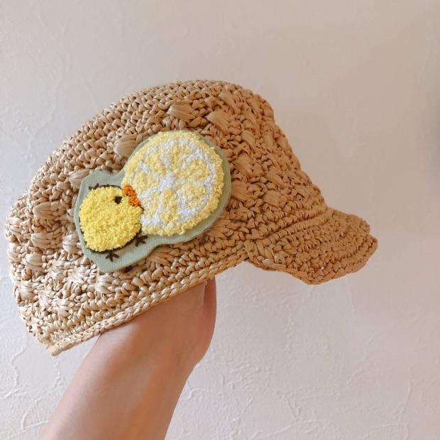 フェリシモの手芸キットでフリーステッチングニードル刺繍のブローチを麦わら帽子に付けた画像