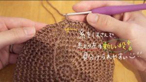 細編みで麦わら帽子を編んでいる様子です。段の境目は編み始めの糸で仕切るとわかりやすいです。