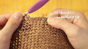 細編みだけで編む花びらの麦わら帽子のブリムを編んでいる様子