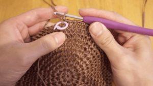編み目マーカーで段の境目をマークしている様子