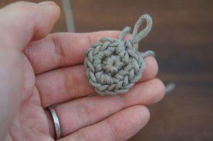 星のモチーフの編み方を解説しています。細編みで2段目が編み終わりました。